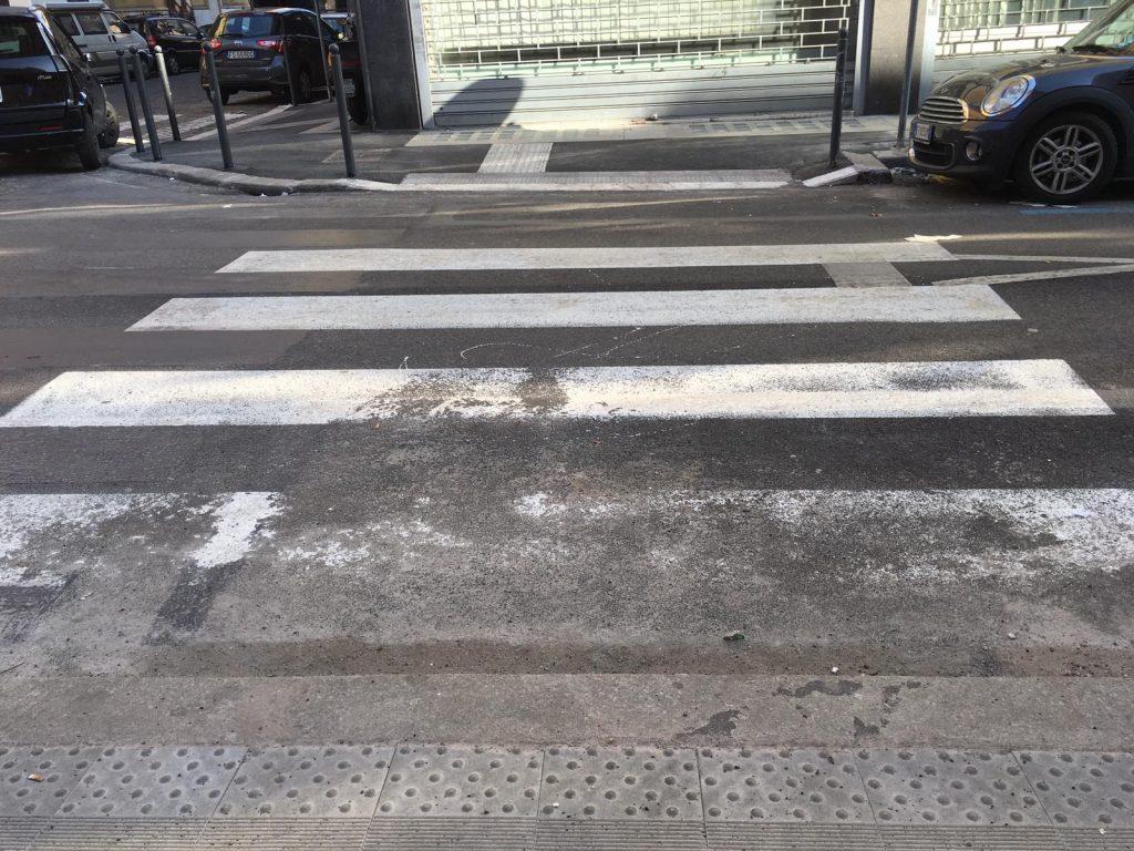 Le strisce pedonali scolorite tra via Novara e via Alessandria