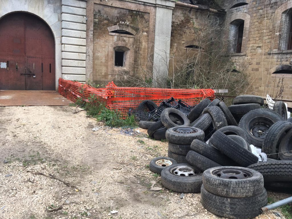 All'ingresso del forte si possono trovare tanti pneumatici in terra