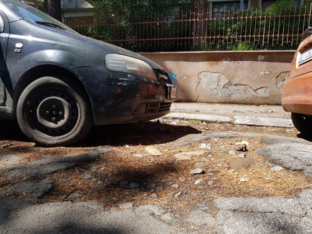 Un tratto di strada rovinato
