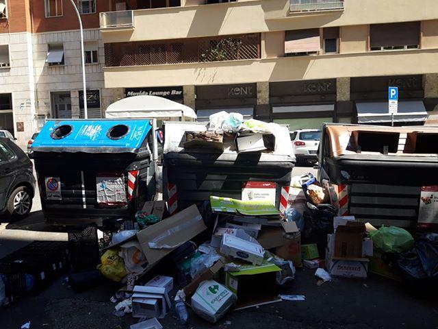 I cassonetti pieni di rifiuti tra viale Somalia e via Francesco Paolo Tosti