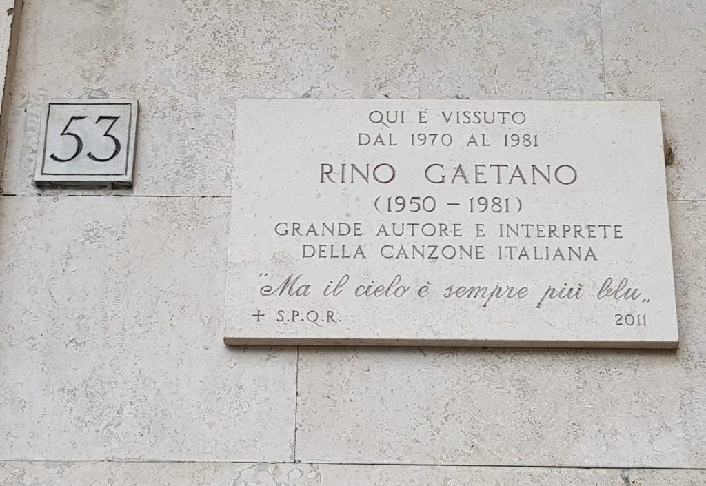 La targa dedicata a Rino Gaetano nel palazzo in cui visse