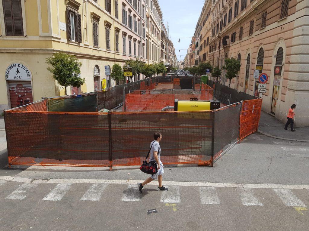 Il cantiere aperto lungo via Alessandria per il ripristino dell'impianto fognario