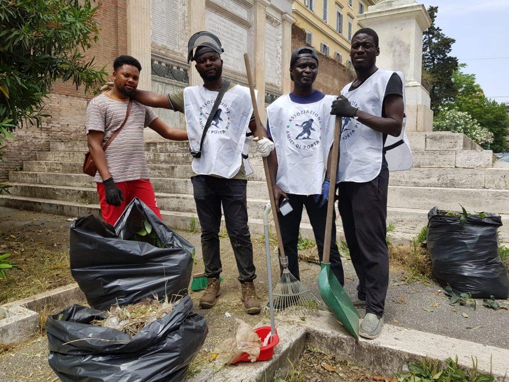 I quattro ragazzi che hanno aiutato le associazioni a ripulire l'area della breccia di Porta Pia