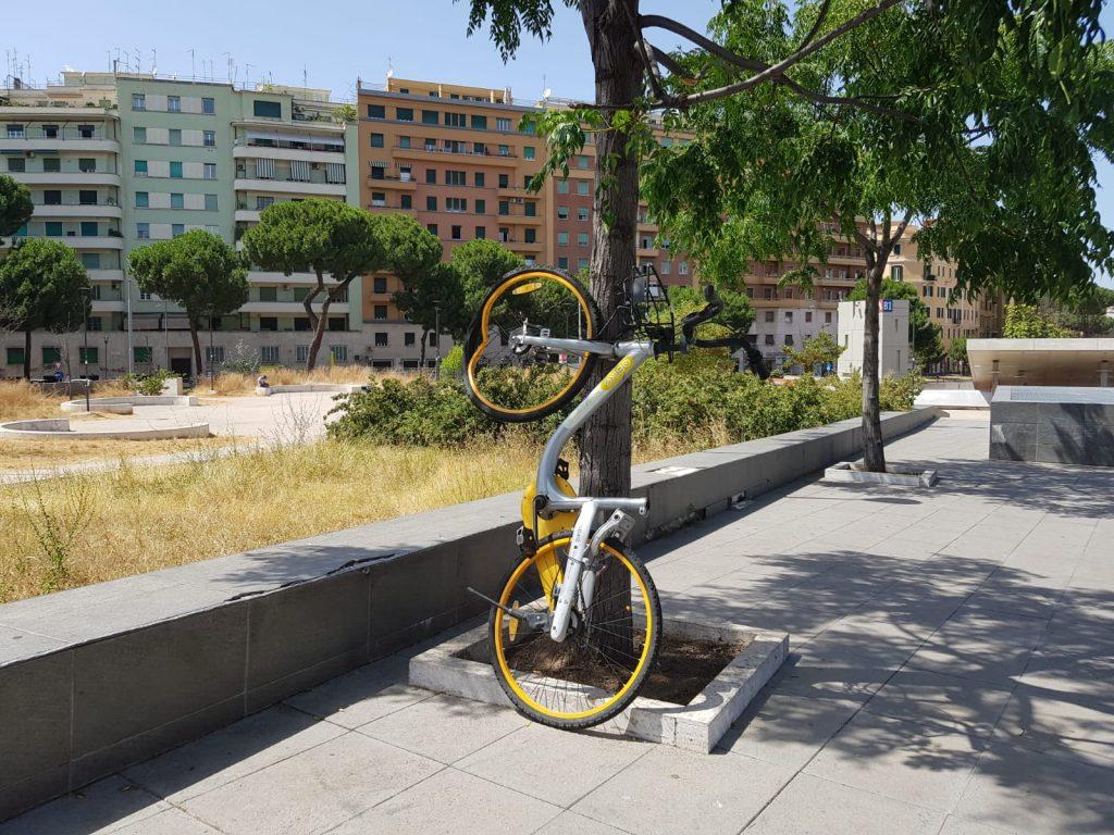 La bicicletta oBike abbandonata appoggiata a un albero di piazza Annibaliano