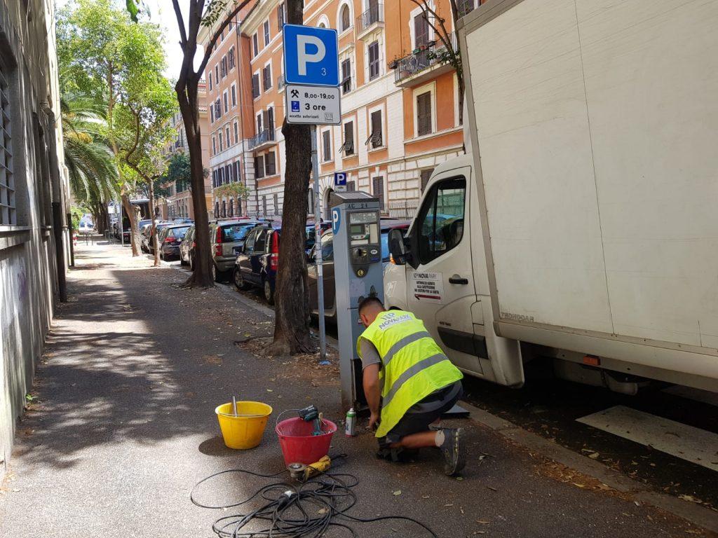 Gli operai al lavoro per sostituire i parchimetri vecchi del quartiere