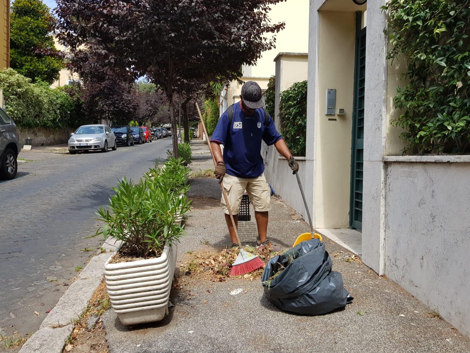 Denis al lavoro per tenere puliti i marciapiedi