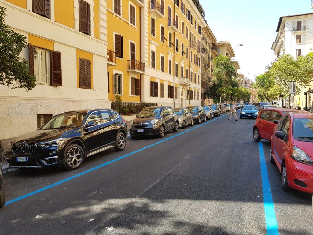 Le strisce blu di via Benaco