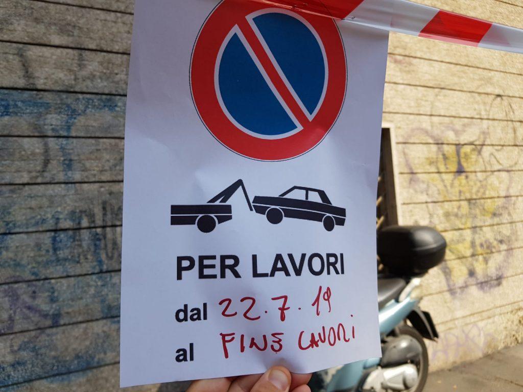 Il cartello con il divieto di sosta posto lungo via Salaria