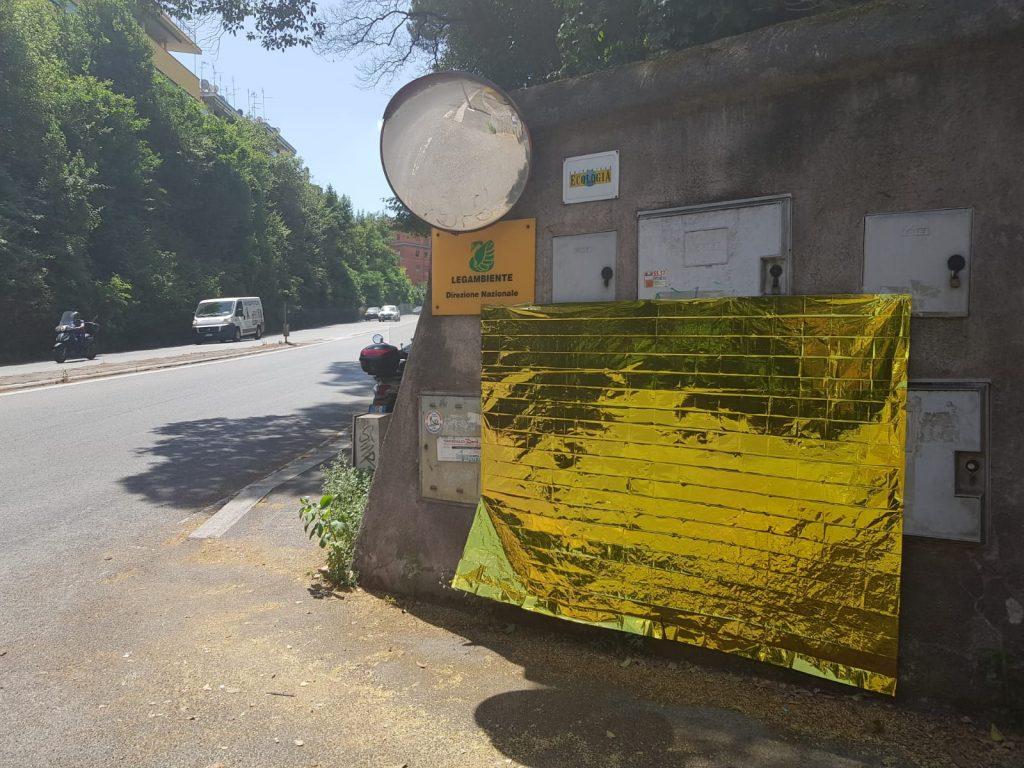 La coperta termica posta all'entrata della sede di Legambiente su via Salaria