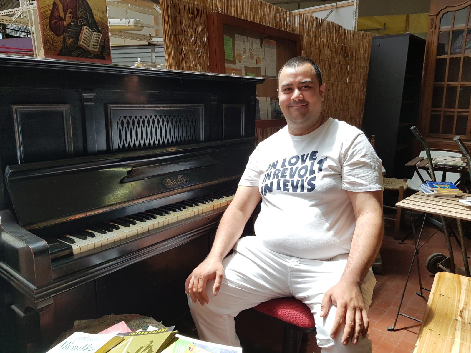 Giacomo Diano, il pianista che allieta i commercianti del mercato Trieste