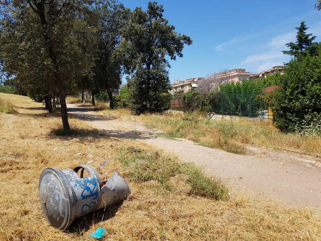 Sull'erba secca di Villa Chigi anche secchioni dell'immondizia rovesciati