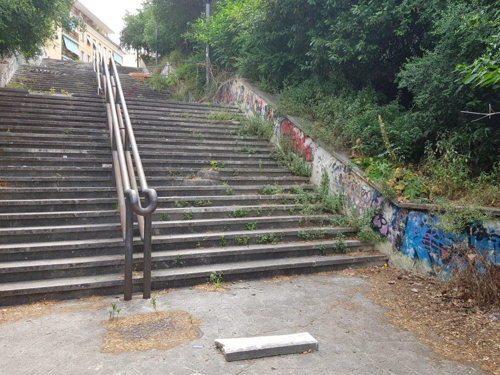 Scendendo le scale, i residenti si trovano costretti ad aggirare la parte sinistra del passaggio