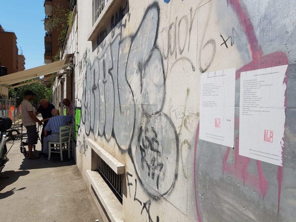 I fogli con le poesie di un autore ignoto sui muri di via dei Galla e Sidama