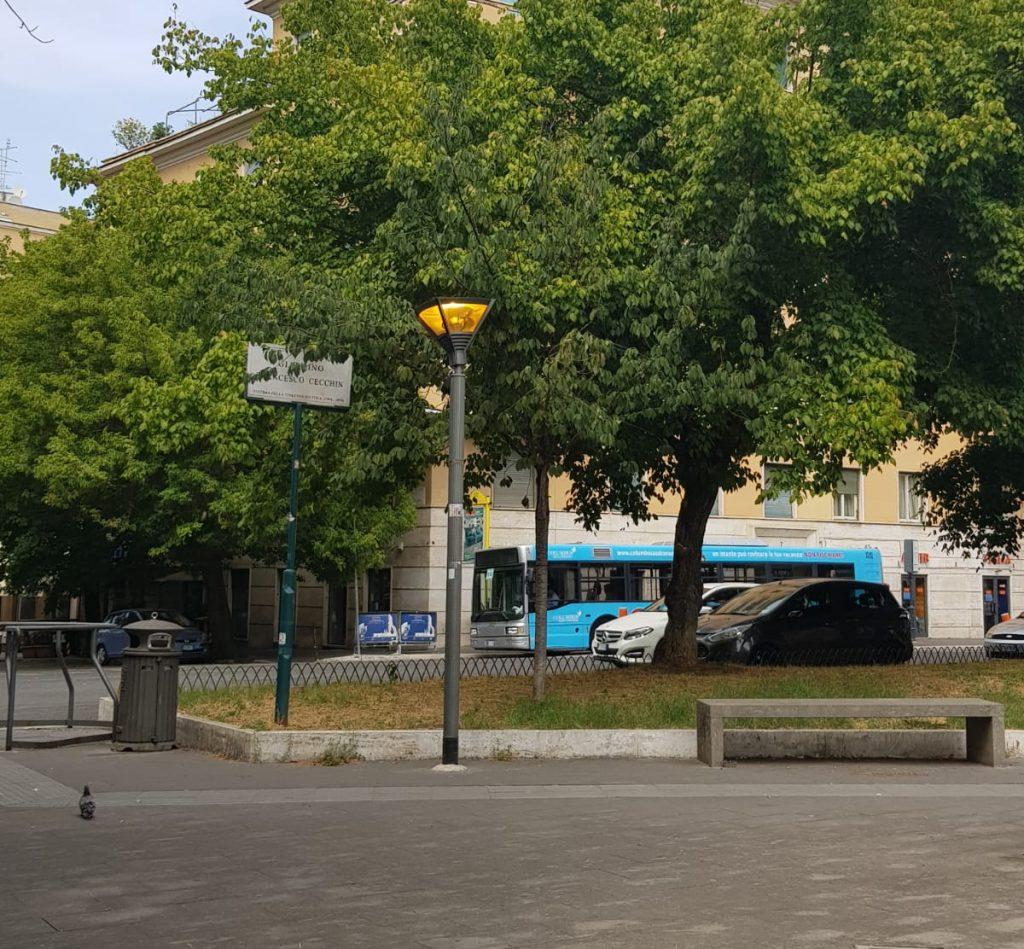 Il lampione acceso in piazza Vescovio