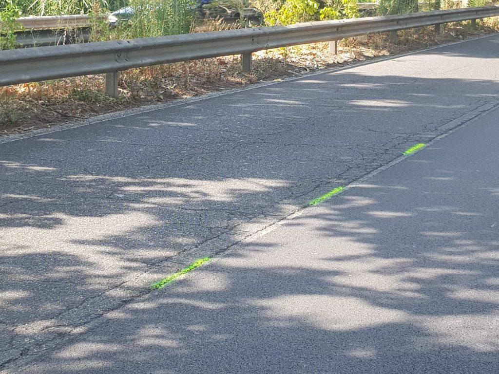 Il tratto di via Salaria su cui sono stati segnalati con lo spray gli avvallamenti pericolosi