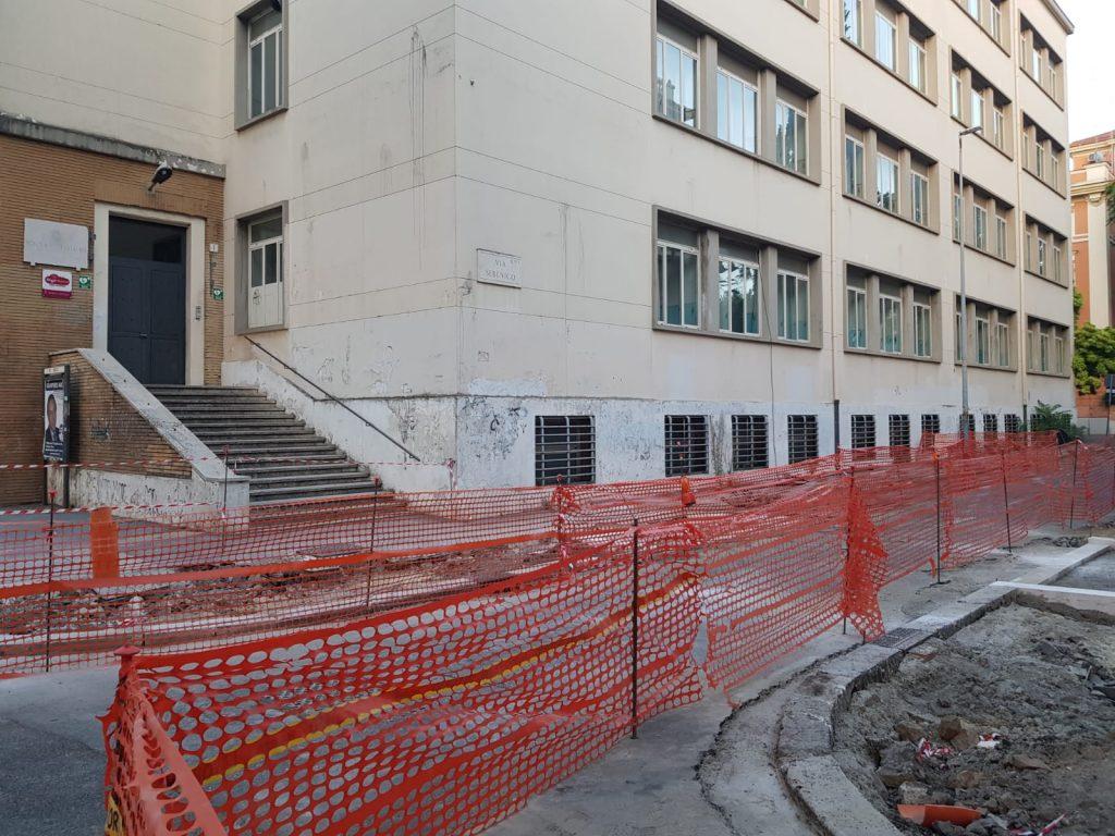 Gli interventi per allargare i marciapiedi davanti alla scuola Settembrini