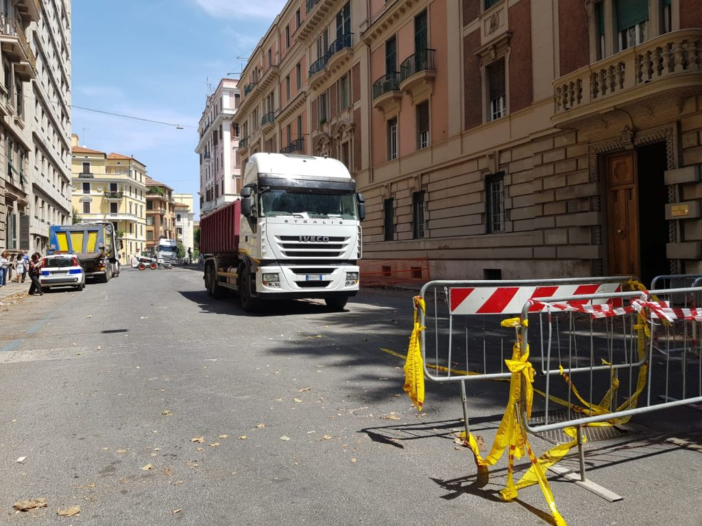 Camion e transenne lungo via Dalmazia