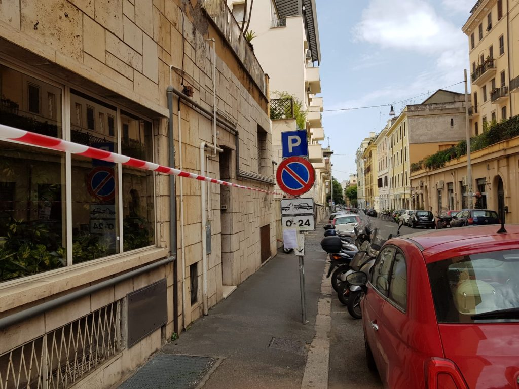 Gli avvisi con il divieto di sosta in via Arno per i lavori di Acea