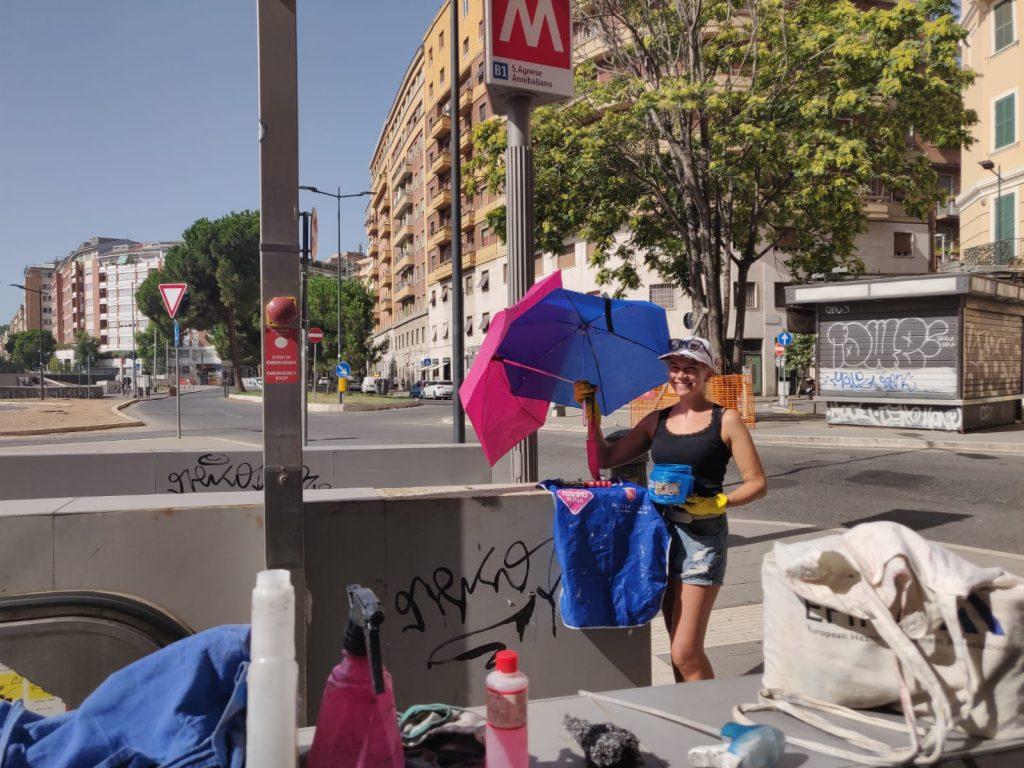 Ombrellini rosa e blu per difendersi dal caldo torrido