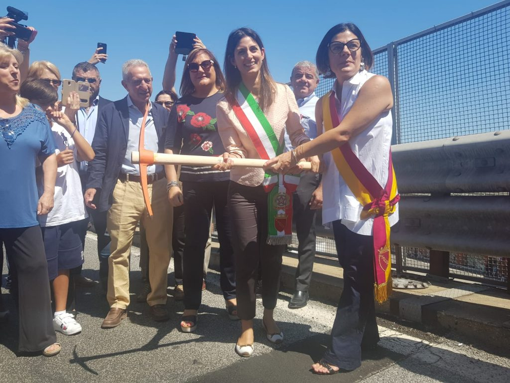 Foto di rito della sindaca e della presidente Del Bello con il piccone per dare inizio ai lavori