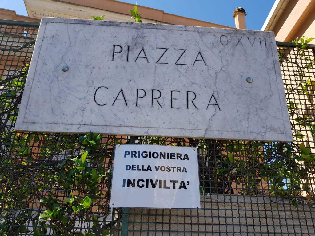 Uno dei cartelli affissi dai residenti di piazza Caprera