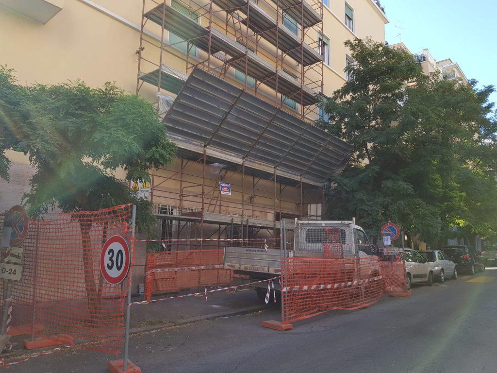 I ponteggi montati per i lavori al palazzo di via Fogliano 28