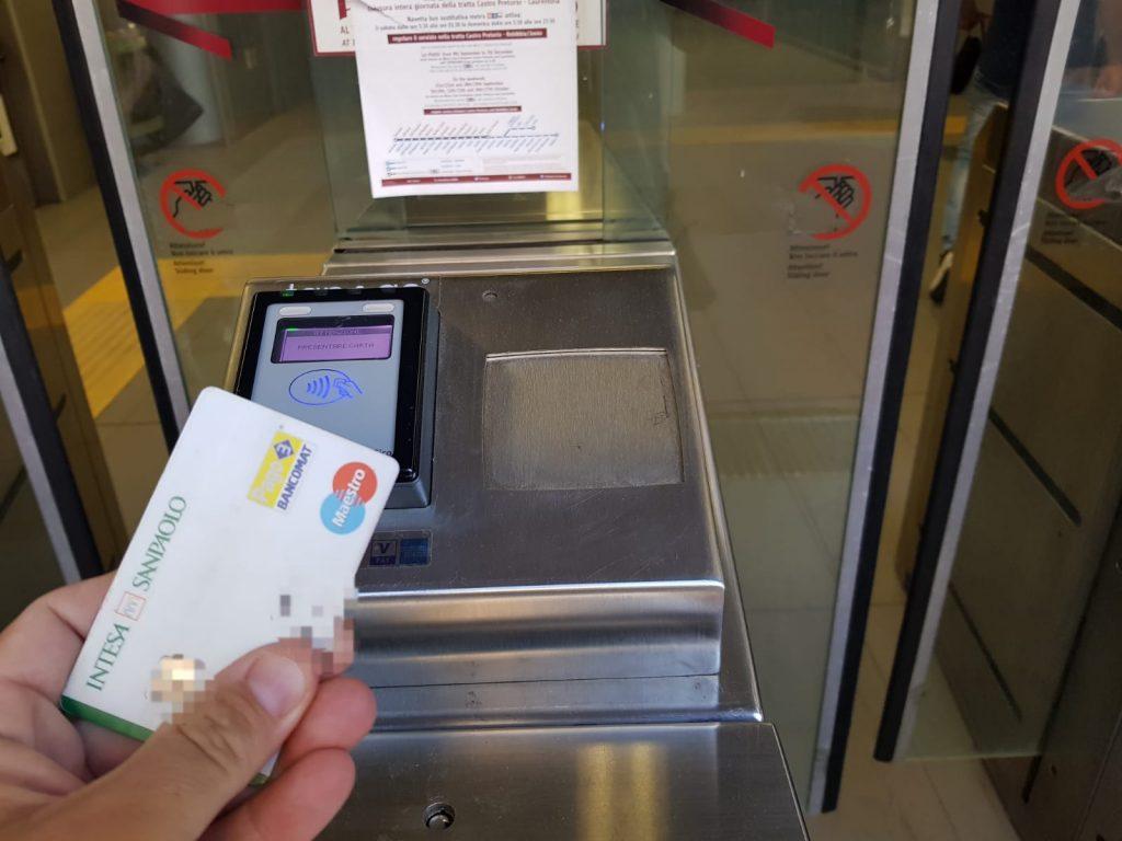 Il sistema Tap&go permette di pagare e aprire i tornelli di accessi alla metro direttamente con carta di credito o bancomat
