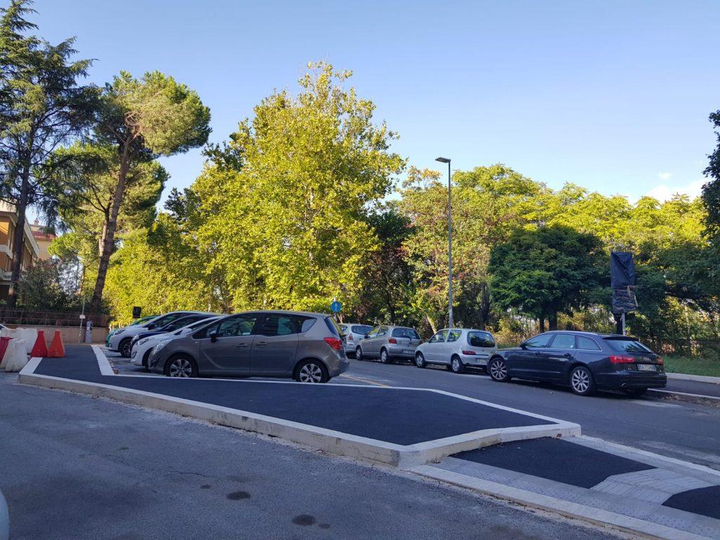 Marciapiedi accessibili e più spazi per le auto
