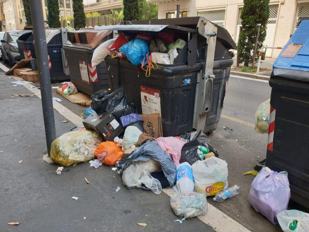 Il cassonetto di via Salaria circondato dai sacchetti dell'immondizia
