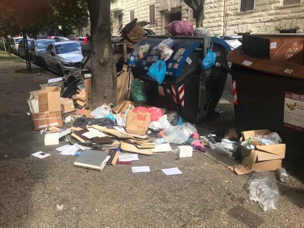 Scatoloni e altri rifiuti che invadono il marciapiede di via Taro