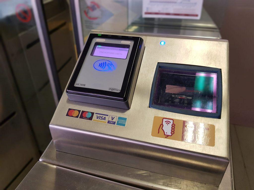 """Il sistema """"Tap&Go"""" alla fermata della metro Sant'Agnese-Annibaliano"""