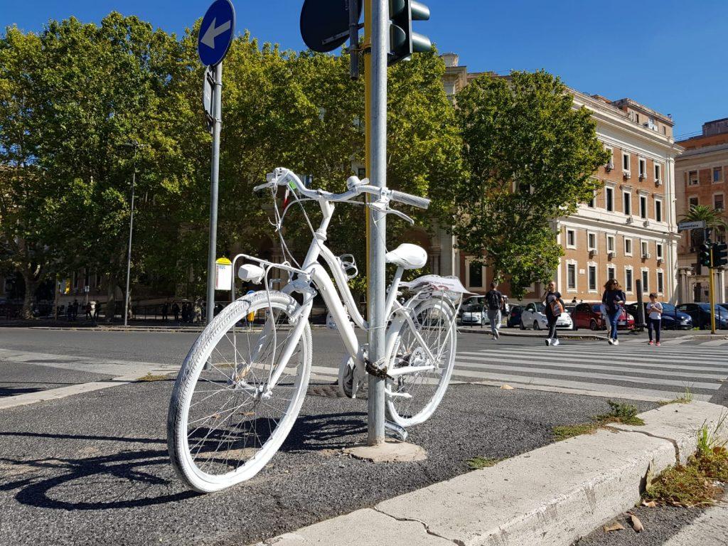 La bicicletta bianca legata sul piazzale di Porta Pia