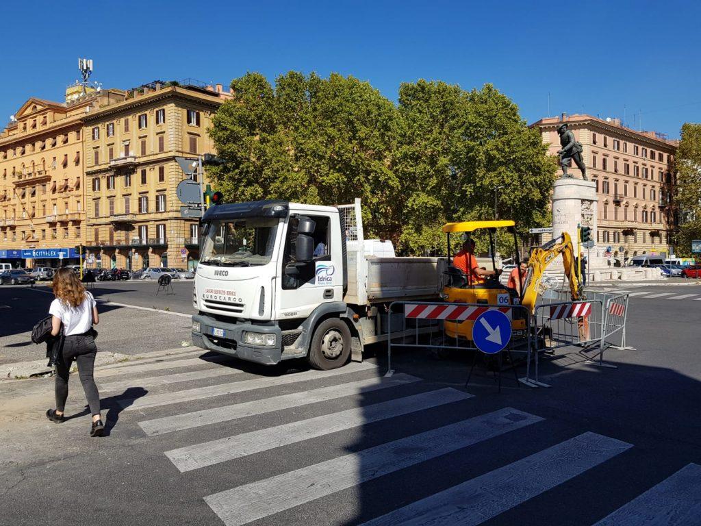 Gli operai di Acea al lavoro sul piazzale di Porta Pia