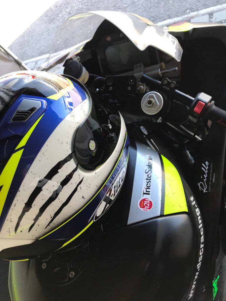 Il logo di RomaH24 sul serbatoio della moto di Dado