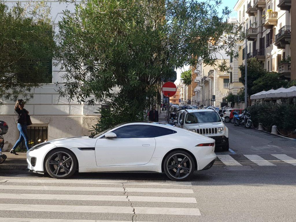 La macchina parcheggiata sulle strisce pedonali di via Tagliamento