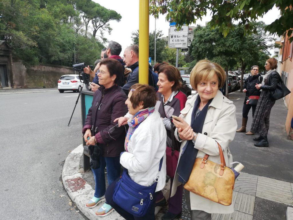 Tanti i residenti che aspettano di vedere papa Francesco