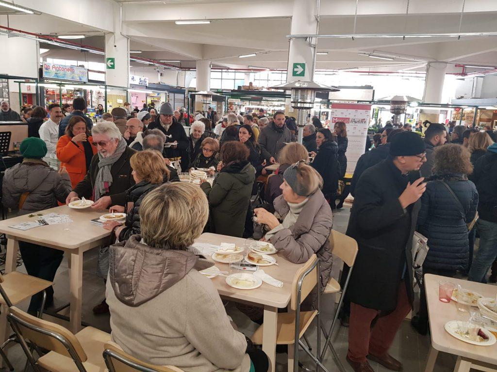 Centinaia di persone alla riapertura del mercato Trieste