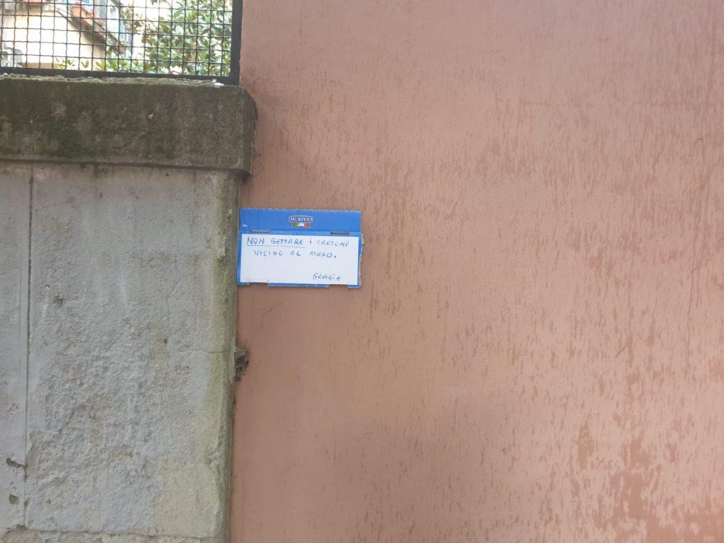 """""""Non gettare i cartoni vicino al muro. Grazie"""""""