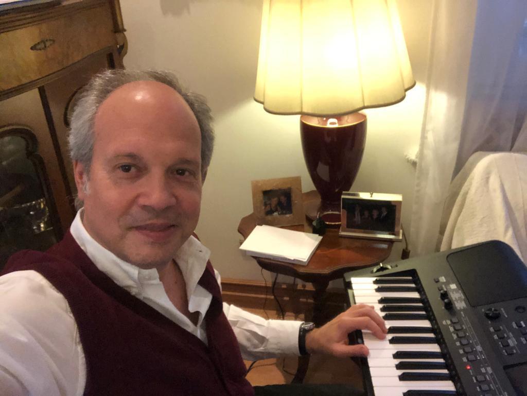 Cristiano Zileri che suona una piccola tastiera dentro casa