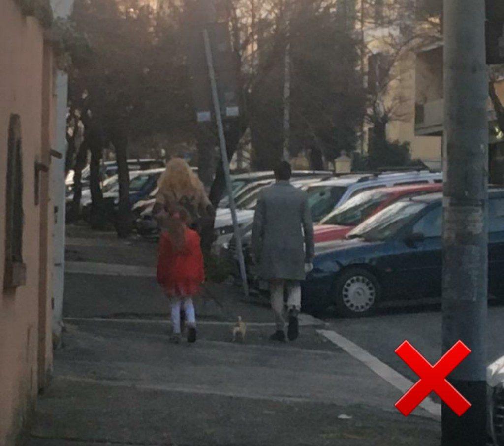 Una intera famiglia porta a spasso il cane in via Topino. Sbagliato.