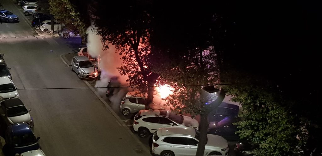 Auto in fiamme a via Chiana nella notte