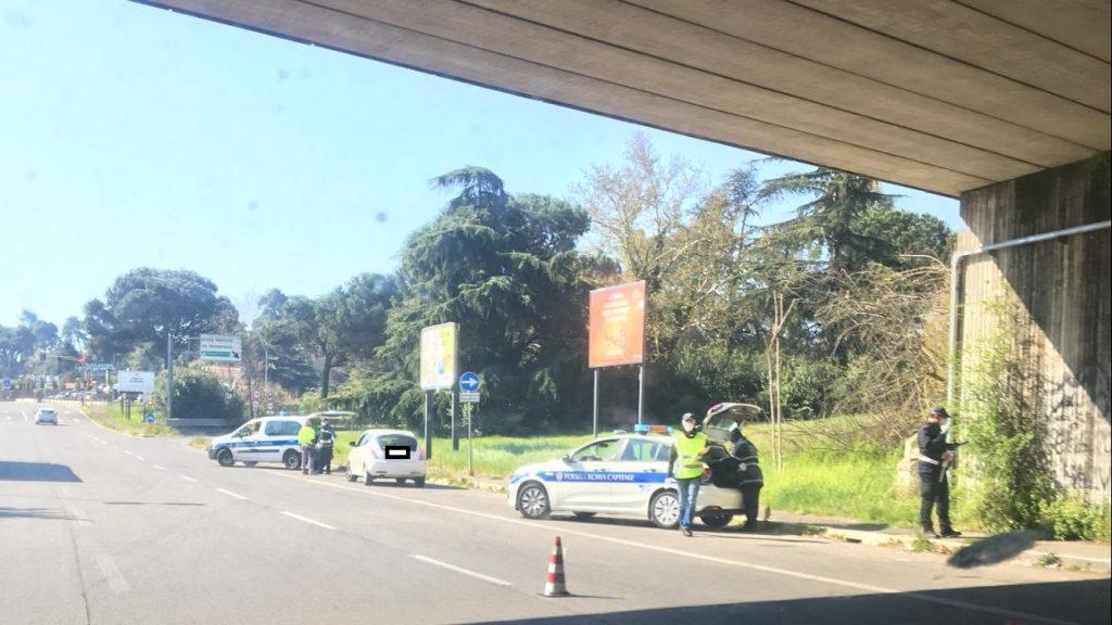 Pattuglie della polizia locale su via Salaria per i controlli