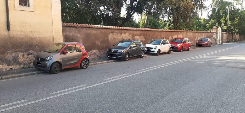 """Sosta selvaggia a Villa Ada. Dal gruppo Facebook """"Quartiere Trieste Salario – II Municipio"""""""