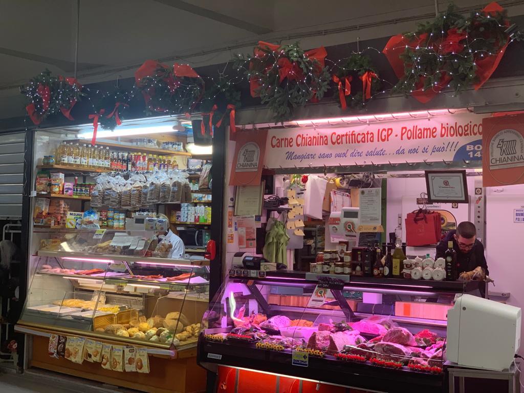 I due banchi alimentari al mercato Trieste