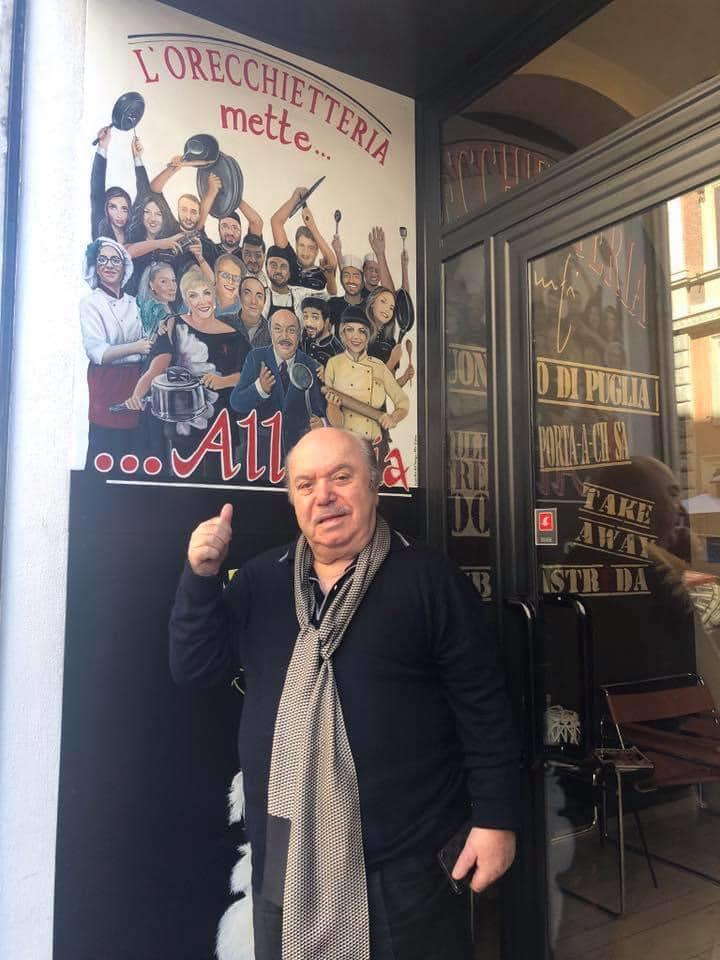 Lino Banfi davanti al suo locale nel cuore di Prati