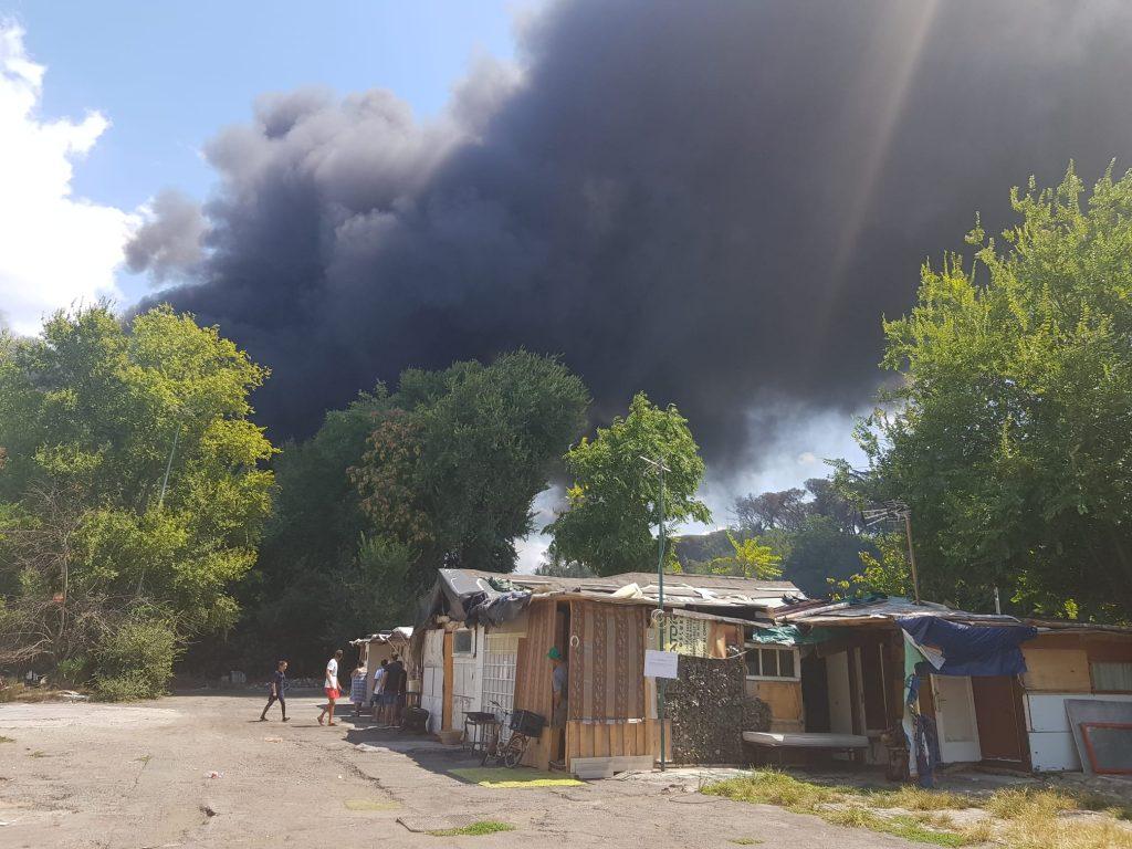 L'incendio visto dal campo nomadi