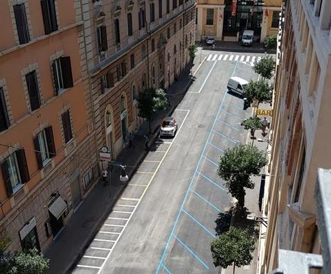 Le prime auto parcheggiate in via Alessandria dopo la riapertura