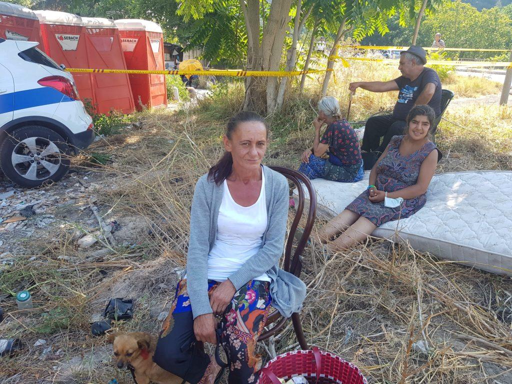 Alcuni occupanti del campo nomadi osservano le operazioni di sgombero