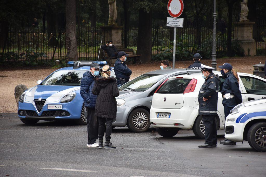 Le forze dell'ordine presidiano l'ingresso di Villa Borghese
