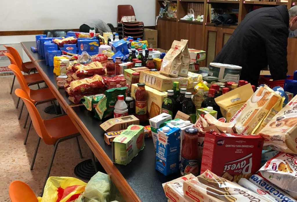 Parte del cibo raccolto immagazzinato in parrocchia
